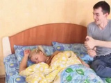 Nadržený bratr přijde vzbudit svou prsatou sestru