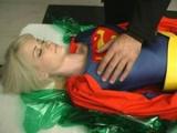 Padouch znásilní Supergirl