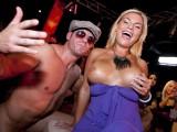 Rozdováděné opilé ženy si to rozdávaj se striptérama