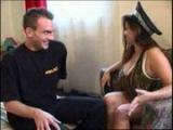 Brunetka s mega kozama a pátrající policista – české porno