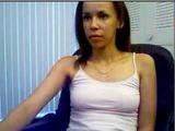 Kundička se předvádí před webkamerou – Mona