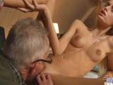Starší muž si užil s mladou blondýnkou