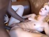 Obrovské černé péro v mladé hubené holce