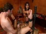 Manželka dělá otrokyni svému muži a cizí ženě