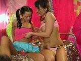 Dvě osmnáctileté lesbičky si spolu hrajou