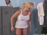 Tělocvikář opíchá studentku v šatně