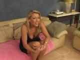 Zkušená mamina Chelsea Zinn si užívá na pohovce