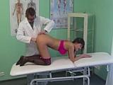 Doktor zkusil pacientku vyléčit pořádným sexem