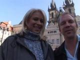 Cizinec klátí v Praze českou blondýnku
