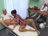 Nejdřív si s pacientkou pohrála sestřička a pak i doktor