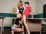 Kluk si užije trojku se spolužačkou a učitelkou