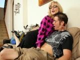 Sexuchtivá zralá ženská se vrhla na mladšího chlápka