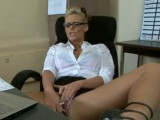 Nymfomanka přistižená při masturbaci v práci