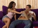 Velkou pizzu s klobásou navíc, prosím – Jenaveve Jolie