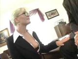 Šéf má speciální úkol pro svou sexy sekretářku