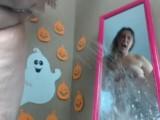 Holka stříká na zrcadlo