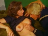 Máma šuká s přítelem své dcery – retro porno