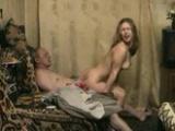 Děda šuká s nadrženou vnučkou