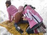 České lesbičky si hrajou v zimě na sněhu
