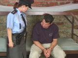 Policistka si to rozdala se zlodějem na vazbě – české porno