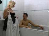 Nevlastní máma přijde synáčkovi umýt záda