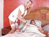 Sexy zdravotní sestřička na kontrole u pacienta
