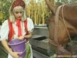 Mrduchtivá farmářka si užívá s dvěma sedláky ze sousedství
