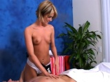 Sexy masérka poskytuje extra služby