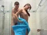 Nevlastní brácha přefikne ségru ve sprše