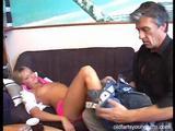 Mladá holka ochutná sperma staršího muže