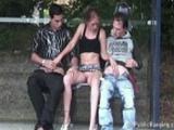 Slečna si krátí čekání na autobus šukáním s dvěma chlápky