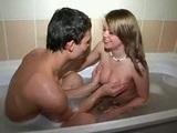 Mladý amatérský pár si to rozdává v koupelně