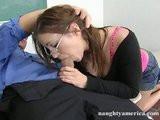 Prsatá studentka si zašuká s učitelem, aby jí dal zkoušku