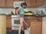 Mladá holka šuká s instalatérem, když rodiče nejsou doma