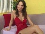 Sexy mamina v červeném šoustá na pohovce