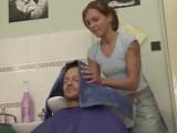 Mladá kadeřnice si zašuká se zákazníkem – české porno