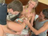 Nezkušenou holku připraví o panenství dva kluci
