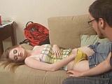 Mladá zrzka si při spaní hrála s kundičkou