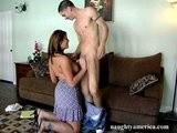 Přírodní prsatá mamina si zapíchá s mladíkem