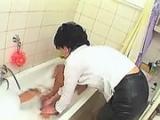 Mrduchtivá máma vykoupe a zneužije svého synáčka
