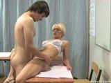 Zralá učitelka šuká s žákem ve třídě