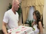 April O'neil roznáší pizzu a dostává pěkná dýška
