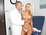 Vězeňský doktor ošuká ženskou v ordinaci