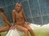 Hubená blondýnka prcá v koupelně – české amatérské porno