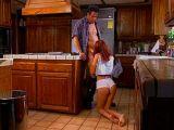 Starší chlápek ošukal v kuchyni mladou holku
