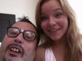 Šeredný chlap šoustá s pěknou holkou