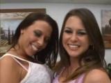 Dvě nádherné brunetky vykouří jedno péro