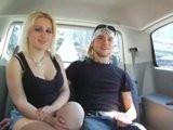 Šukání blondýnky za jízdy v autě