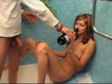 Opilá nevyholená holka se nechá ošukat v koupelně