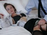 Spící dívka je zneužita v hotelovém pokoji
